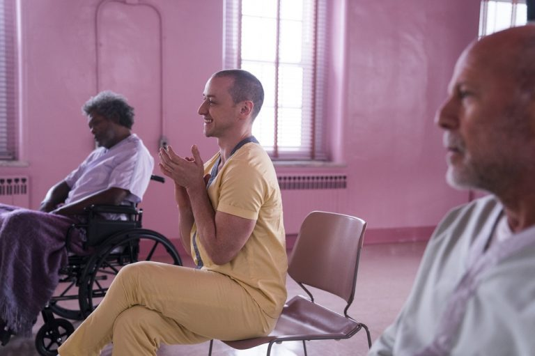 """GLASS"": la FEATURETTE ""A LOOK INSIDE"""