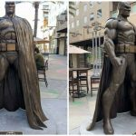 """Batman"": un enorme statua in bronzo del Cavaliere Oscuro è stata collocata all'AMC Walkway di Burbank"